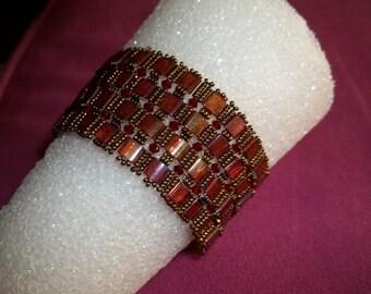 Beaded bracelet with bronze irridescent tila beads