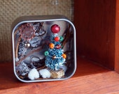 Mini Christmas in a tin can (colorful ornaments)
