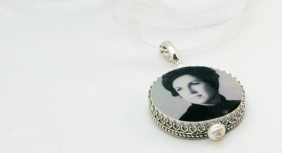 Wedding Bouquet Charm - Round, Classic Framed Photo Memorial - Bouquet Jewelry - FBC16C