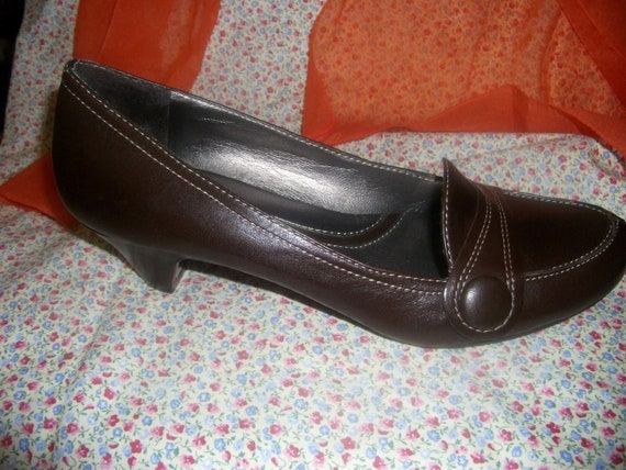 Vintage Ladies Leather Pumps by Naturalizer with 2 Inch Heel Size 9 1/2 Narrow Only 10 USD