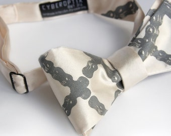 Bike Chain bow tie. Men's Plaid bow tie. Argyle diamond tartan bicycle chain pattern. Freestyle bowtie. Dove gray print.