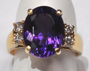 Gold - 14 karat- Amethyst and diamond ring