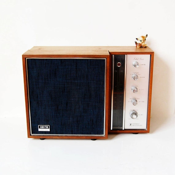 vintage AM FM radio / vintage 1960s transistor radio with fold out speaker