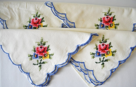 Vintage 1950s embroidered bouquet of flowers royal blueTrimmed Cloth Table cotton Napkins