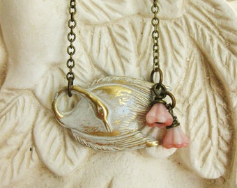 RESTING SWAN NECKLACE vintage white