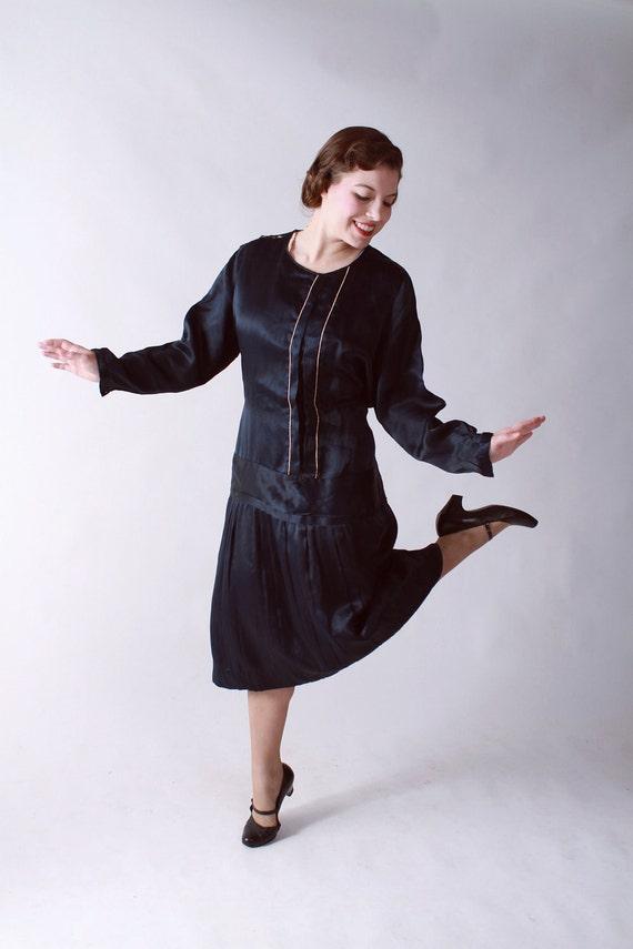Vintage 1920s Dress // Navy Blue Silk Drop Waist Dress with Cream Trim L XL