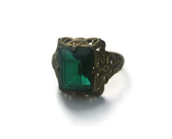 vintage Ring Green Stone Costume Jewelry Pretty Floral Design Goldtone