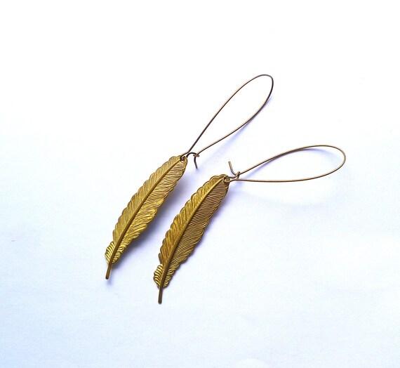 Feather earrings in golden on long brass hooks