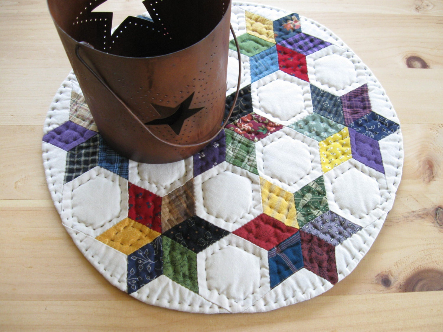 Round table quilt quilted table topper quilted candle mat for Round table runner quilt pattern