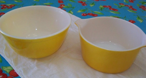 2 vintage Pyrex yellow bowls, dish, serving, Pyrex, bowl, yellow, kitchen, mixing, glass, oven proof