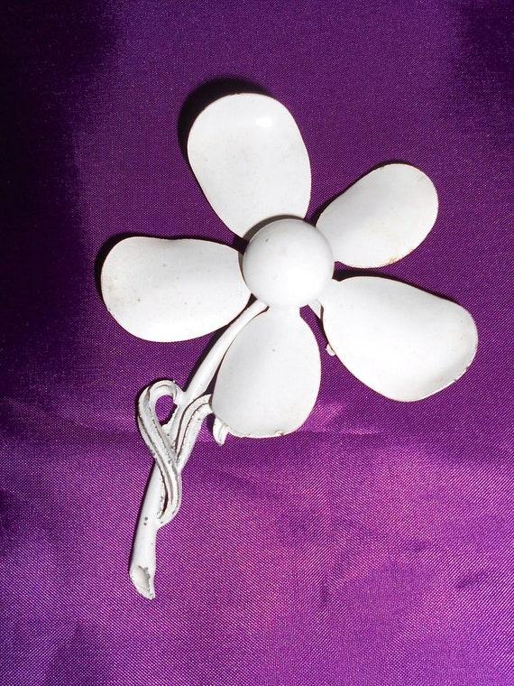 Vintage Pin  Enamel  Flower Power Mod Daisy in White