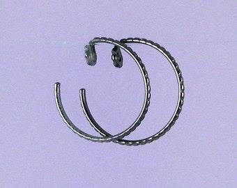 Black KISS4: Small textured black niobium earrings