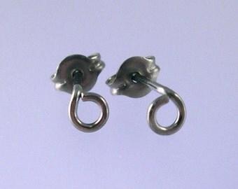 KISS10: Tiny niobium stud earrings