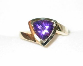 purple amethyst gemstone ring band solitaire trilliant solid 10kt yellow gold size 6