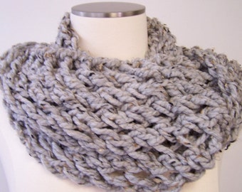 Knit Infinity Scarf, Chunky Knit Infinity Cowl, Infinity Scarf in Gray Grey, Gray Grey Knit Circle Scarf, Big Knit Scarf, Winter Accessories