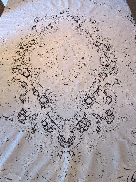 vintage QUAKER tablecloth - No 6100 - vintage linens - measures 68 x 82 - loops, label