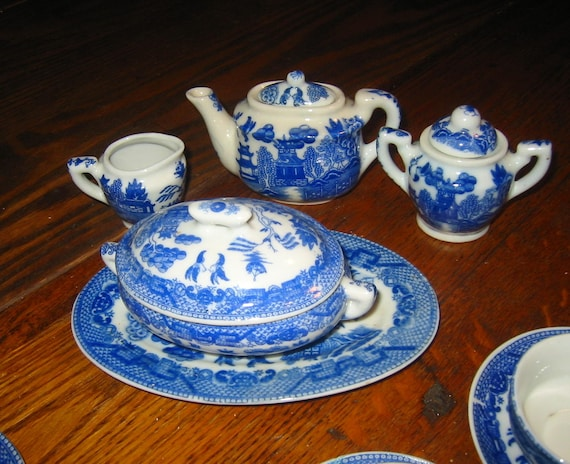 Vintage Childs Blue Willow no.7 Tea and Dinner Set   20 pieces