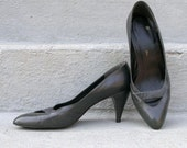 Vintage 1980s High Heels Charcoal Gray Low Vamp Heels Shoes Pumps / U. S. 8 8.5M