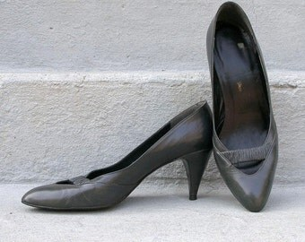 Vintage 1980s High Heels Charcoal Gray Low Vamp Heels Shoes Pumps / U. S. 8 8.5M