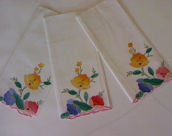 Linen Guest Towels / Finger Towels / Applique Floral Motif / Guest Bath / Scalloped Edge / Set of Three