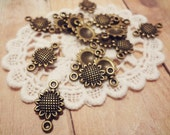 20pcs of Antiqued Bronze Petite Sunflower Connector Charms 17x10mm P20-HK9590