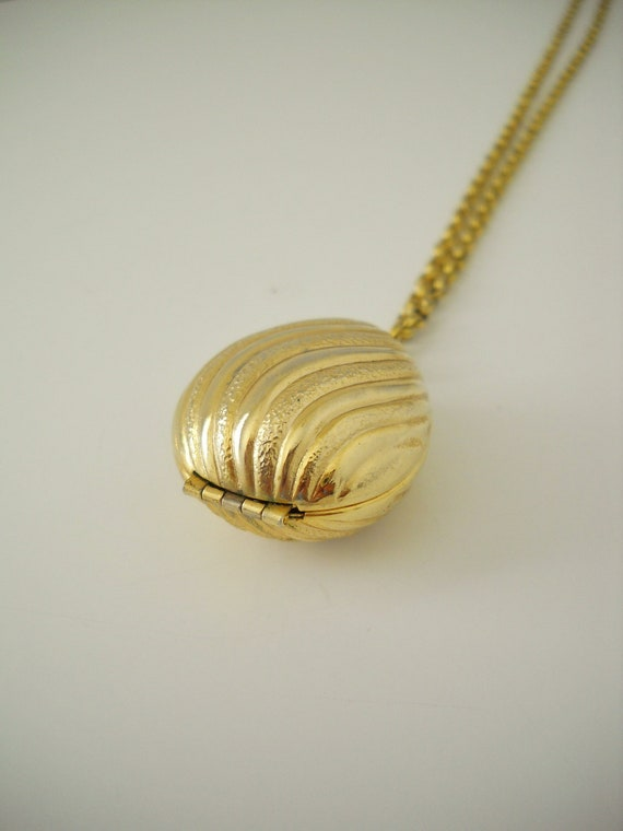 Vintage Avon Gold  Shell/ Egg Perfume Necklace