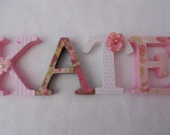 Holzbuchstaben für Kinderzimmer in Rosa tan von SummerOlivias