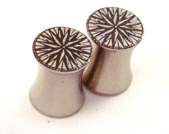 "Compass Rose Stainless Steel Plugs 2g 0g 00g 7/16"" (11mm) 1/2"" (13mm) 9/16"" (14mm) 5/8"" (16 mm) 3/4"" (19mm) 7/8"" (22mm) 1"" (25mm) Ear Gauges"