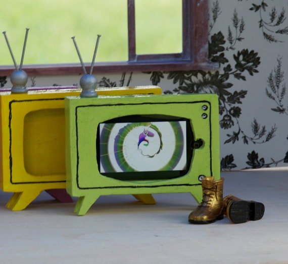 1:6 scale retro TV furniture for Barbie Blythe Momoko dollhouse or diorama, iPod iPhone charging station