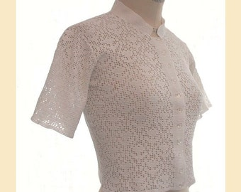 Vintage 1950s blouse in white crochet lace pattern with short sleeves, petite UK size 8