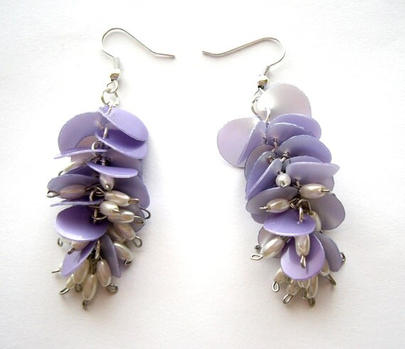 Lilac upcycled earrings made of recycled plastic bottle eco friendly, sustainable dangle earrings in pastel purple with pearls