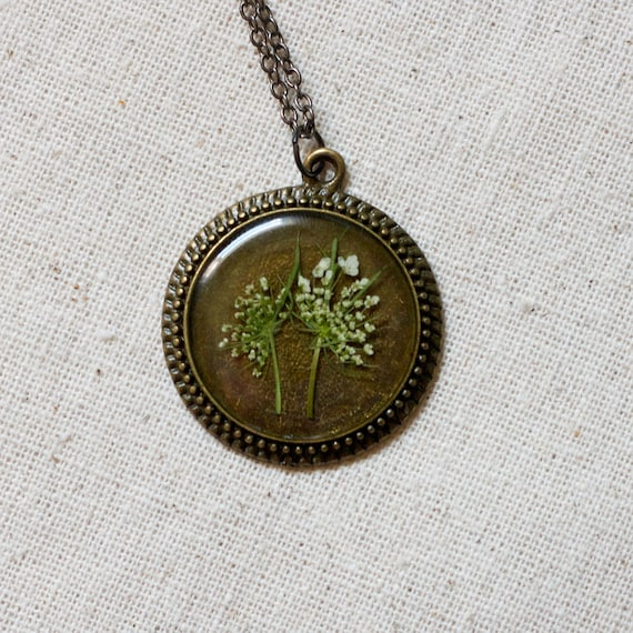 pressed flower necklace resin queen annes lace circle filigree edge in bronze real natural nature white wildflower botanical