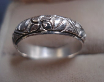 MARVELOUS Vintage Silver Band Ring Embossed Ornate