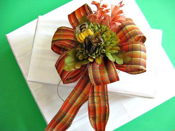 Gift wrap - Fall gift bow with bumble bee accent (A13)