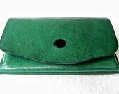 Small green leather wallet. - WoodBoneAndStone