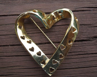 Vintage AVON Brooch.  Heart Shape, in Gold Tone, Signed, Nice
