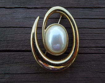 Vintage Monet Brooch, Gold Tone with Large Faux Pearl, Excellent Condition