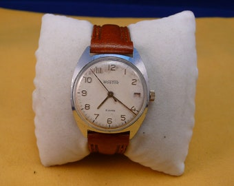 """USSR """"WOSTOK"""" 18 jewels wrist watch 1950-60 with date white dial VERY good"""