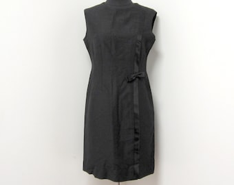 1960s Black Shimmery Sleeveless Shift Dress with Gently Curved Neckline and Ribbon Bow Detailing - Medium