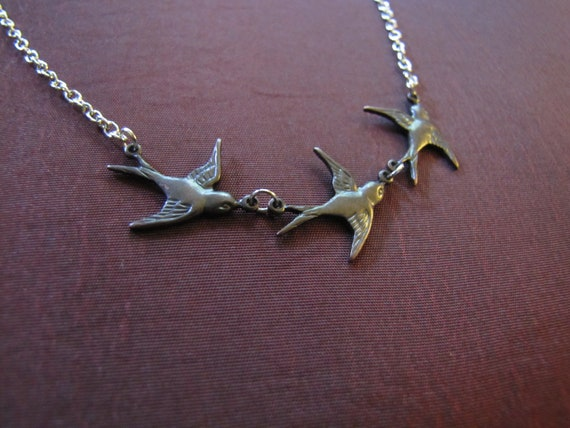 Tris's 'birds in flight' tattoo necklace