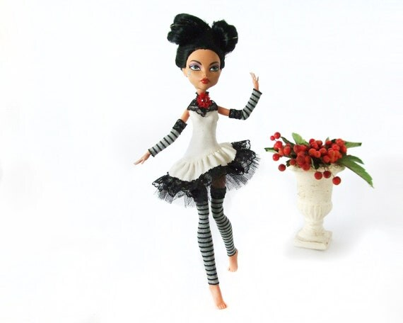 Monster High outfit -  white dress - lace choker - sleeves & stockings