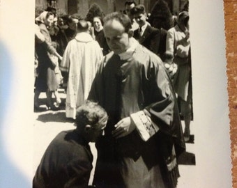 Priest in awkward photo - 1950s France