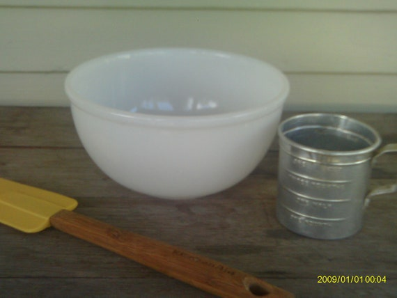 Vintage Fire King Mixing Bowl / White Mixing Bowl / Milk Glass Mixing Bowl