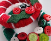 Christmas Micro Wreath : cute, tiny yarn wreath with holly or buttons, red, green and white, with silver hanging ribbon, tree decoration