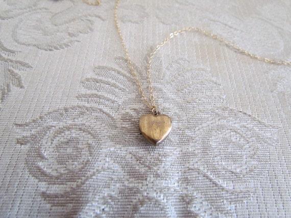 Vintage Locket / Tiny Heart Locket c.1940s