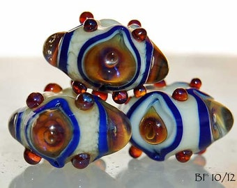 Oriental Bling 5 round handmade glass beads, ivory and lapis blue with metallic ekho by Beadfairy Lampwork, SRA