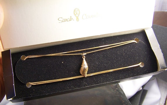 Seashell necklace - Sarah Coventry - necklace - pendant with chain - Mint condition - gold tones - conch shell - signed - vintage
