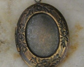 Oval Locket Antiqued Brass Color with Etched Design and 18x13mm Setting insert - 1 Piece - 1225