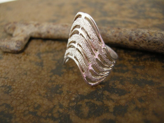 sterling vintage wave ring with textured lines size 8