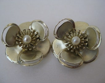 Flower Gold Pearl Earrings Clip Vintage